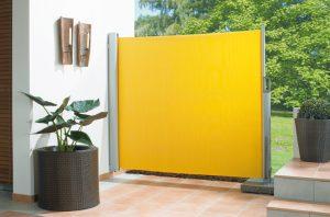 Seitenzugmarkise ausgerollt von Sunhouse Wintergärten in gelb